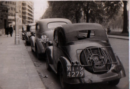 Fiat 500 'Mouse' cabriolet behind two Swedish cars in Park Lane, London, early 1940s.