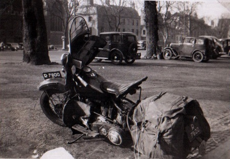 R-7800 is a Dutch motorcycle in Oxford. R was a special allocation for temporary/foreigner registration from 1920 to 1951. Pemberton archive.