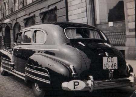 The rare Portuguese red-on-white diplomatic CD-10-46, seen on a grand American limousine, possibly a 1940s Buick Eight.